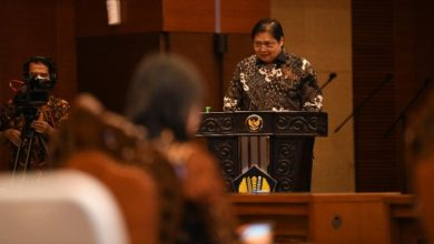 Photo of Airlangga Bicara Santunan Pekerja Rp 600.000 Dari Jokowi