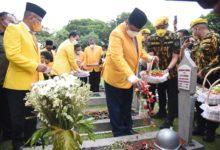 Photo of Sambut HUT Ke-57, Partai Golkar Ziarah Makam, Airlangga Ajak Kader Mengenang Jasa Pahlawan